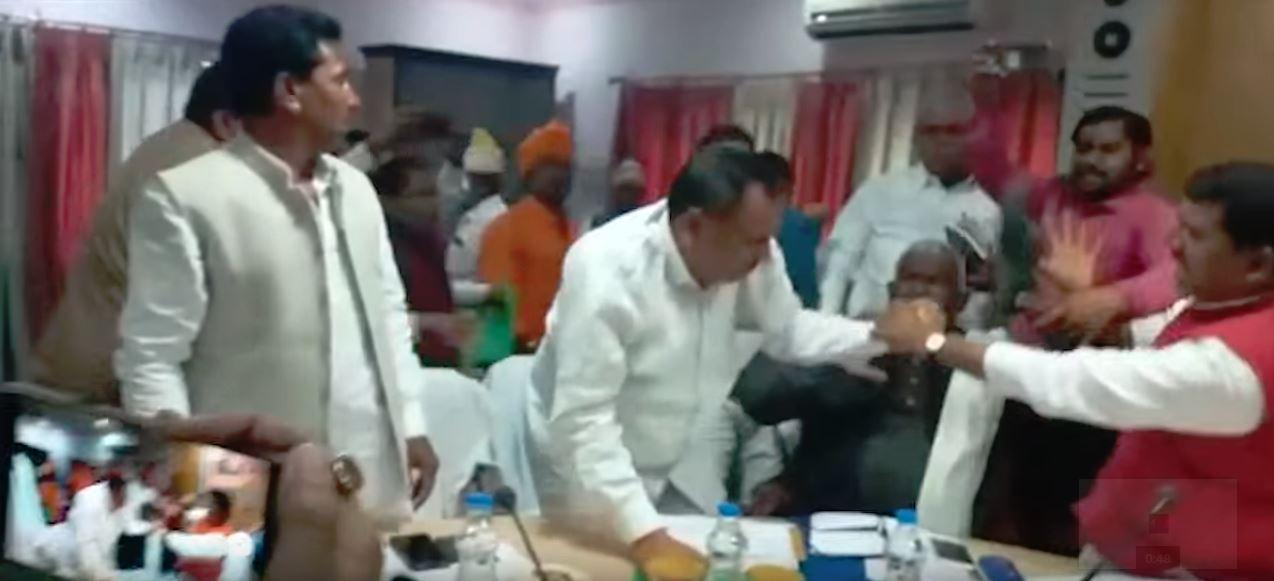 6 मार्च को संत कबीर नगर में भाजपा विधायक राकेश सिंह बघेल की जूतों से पिटाई करते भाजपा सांसद शरद त्रिपाठी. (फोटो साभार: एएनआई)