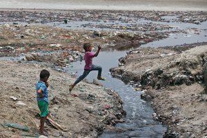 चमड़ा कारखाना से गंगा नदी में बहता अपशिष्ट जल (फोटो: रॉयटर्स)