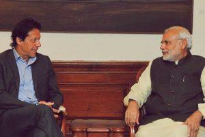 पाकिस्तान के प्रधानमंत्री इमरान खान के साथ प्रधानमंत्री नरेंद्र मोदी. (फोटो: ट्विटर/@MEAIndia)