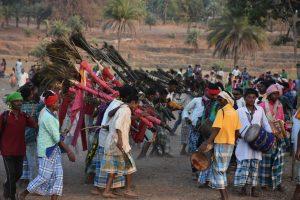 पेन को लेकर नृत्य करते एक ही गोत्र के वंशज. (फोटो: जसिंता केरकेट्टा)