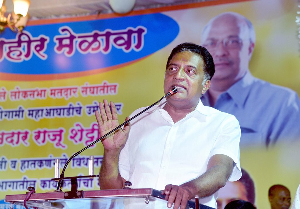 Kolhapur: Bengaluru Central independent candidate Prakash Raj at an election campaign rally for the Lok Sabha polls, at Ichalkaranji in Kolhapur, Friday, April 19, 2019. (PTI Photo) (PTI4_20_2019_000027B)