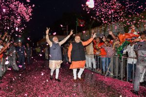 लोकसभा चुनाव रुझानों में भाजपा गठबंधन का बढ़त मिलने के बाद नई दिल्ली स्थित पार्टी मुख्यालय पर प्रधानमंत्री नरेंद्र मोदी और पार्टी अध्यक्ष अमित शाह. (फोटो: पीटीआई)