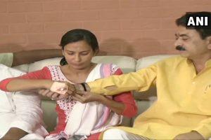 भाजपा विधायक बलराम थवानी को राखी बांधती एनसीपी नेता नीतू तेजवानी. (फोटो साभार: एएनआई)