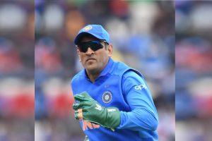 महेंद्र सिंह धोनी और वो दस्ताने जिन पर विवाद हुआ है. (फोटो साभार: @ESPNcricinfo)