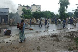 जदयू नेता की मौत के बाद उनके गांववालों ने हिंसक प्रदर्शन किया. लोगों ने थाने पर पथराव भी किया. (फोटो साभार: ट्विटर/@avinashdnr)
