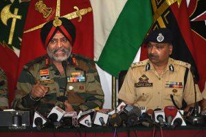 लेफ्टिनेंट जनरल केजेएस ढिल्लन और जम्मू कश्मीर के डीजीपी दिलबाग सिंह. फोटो: (फोटो: पीटीआई)
