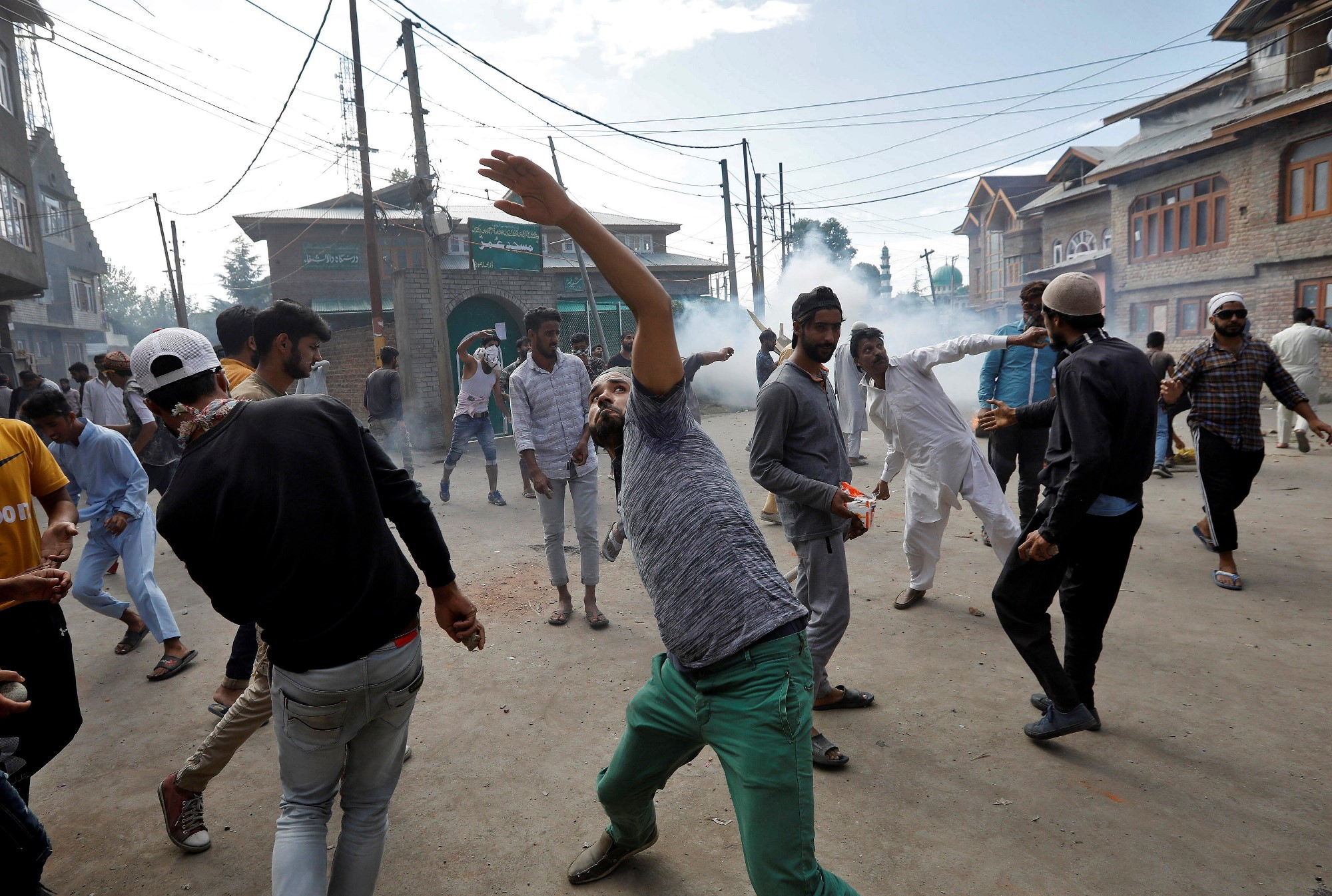 Kashmiri men throw stones towards Indian security forces during clashes following scrapping of the special constitutional status for Kashmir by the Indian government, in Srinagar, August 23, 2019. REUTERS/Adnan Abidi