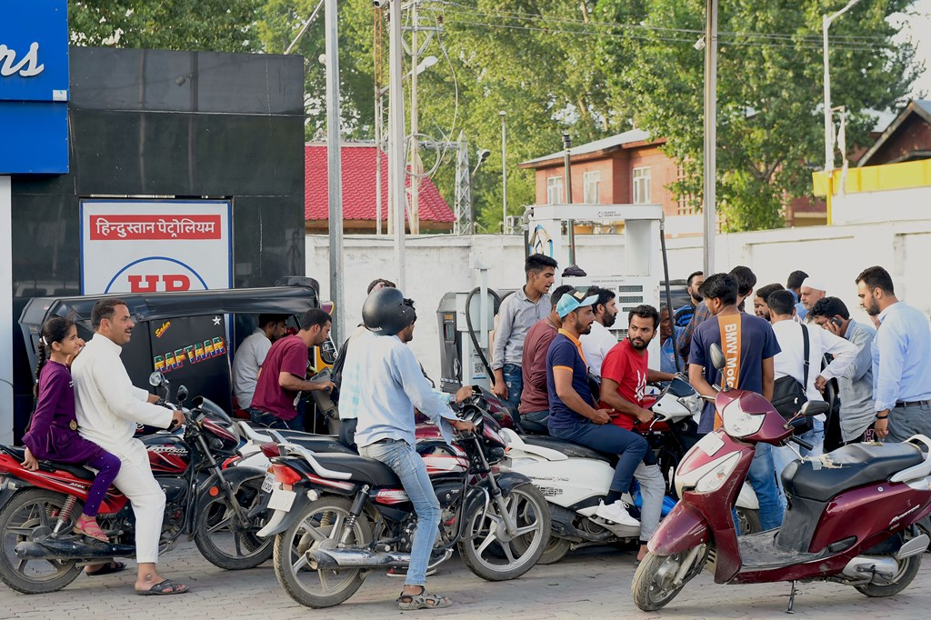 Srinagar: People line up outside a petrol pump in Srinagar, Friday, Aug. 2, 2019. An advisory asking tourists and Amar Nath Yatris to cut short their stay in Kashmir was put out by the army. (PTI Photo/S. Irfan)(PTI8_2_2019_000194B)