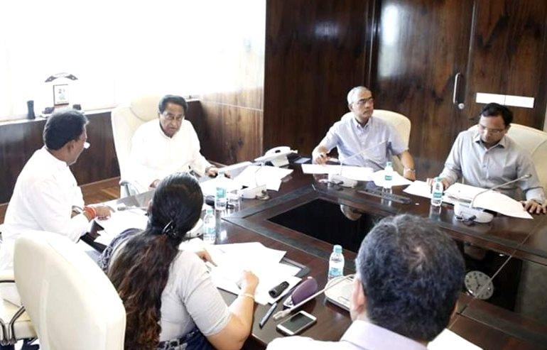 एक प्रशासकीय बैठक में मुख्यमंत्री कमलनाथ (फोटो साभार: फेसबुक/कमलनाथ)