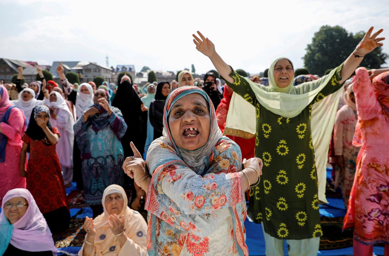Kashmiri women shout pro-freedom slogans before offering the Eid-al-Adha prayers at a mosque during restrictions after the scrapping of the special constitutional status for Kashmir by the Indian government, in Srinagar, August 12, 2019. REUTERS/Danish Siddiqui