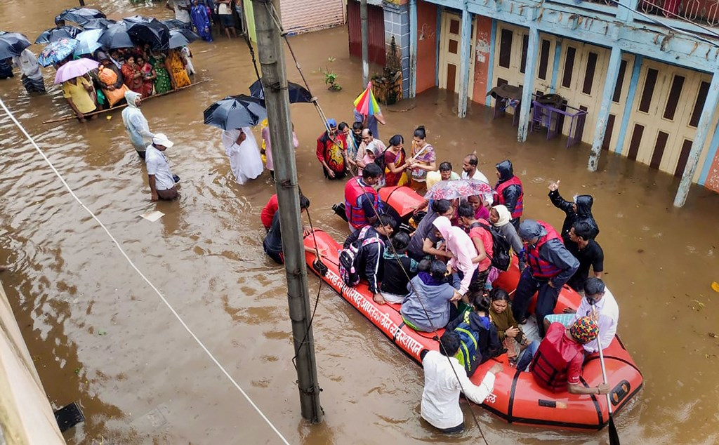 Karad: National Disaster Response Force (NDRF) conducts a rescue operation at a flooded area of Tambve village in Karad, Thursday, Aug 08, 2019. (PTI Photo)(PTI8_8_2019_000064B)