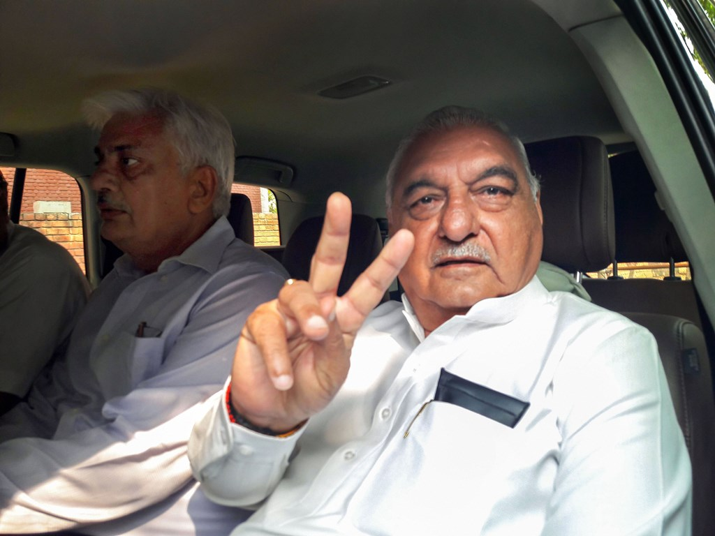 Gurugram: Congress veteran leader and former chief minister Bhupinder Singh Hooda flashes the victory sign as he leaves from a counting centre, in Rohtak, Thursday, Oct. 24, 2019. (PTI Photo) (PTI10_24_2019_000021B)