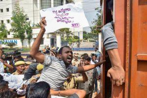 तेलंगाना राज्य सड़क परिवहन निगम के कर्मचारी बीते पांच अक्टूबर से हड़ताल पर हैं. (फोटो: पीटीआई)