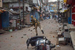 यूपी के गोरखपुर में 20 दिसंबर को नागरिकता संशोधन कानून (सीएए) के खिलाफ प्रदर्शन के दौरान पुलिस और प्रदर्शनकारी एक-दूसरे पर पत्थर फेंकते हुए. (फोटो: पीटीआई)