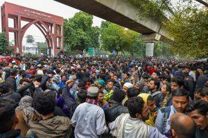 15 दिसंबर 2019 को जामिया परिसर में पुलिस की कार्रवाई के बाद हुआ छात्रों का प्रदर्शन. (फोटो: पीटीआई)