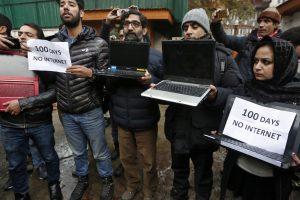इंटरनेट बैन के खिलाफ प्रदर्शन करते कश्मीरी पत्रकार (फाइल फोटो: रॉयटर्स)
