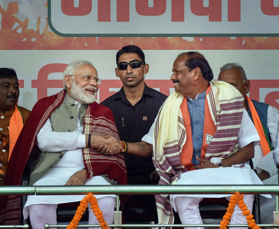 Palamu: Prime Minister Narendra Modi with Jharkhand Chief Minister Raghubar Das during an election campaign rally for the State Assembly polls, in Palamu, Monday, Nov. 25, 2019. (PTI Photo) (PTI11_25_2019_000123B)