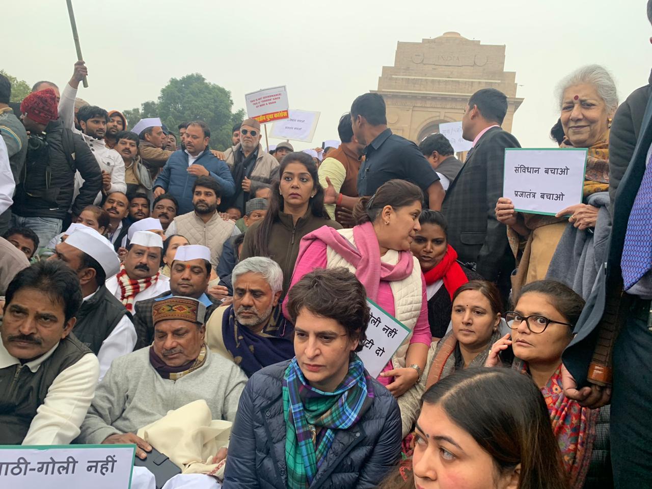 नागरिकता संशोधन कानून के खिलाफ कांग्रेस महासचिव प्रियंका गांधी इंडिया गेट पर धरने पर बैठीं. (फोटो साभार: ट्विटर)