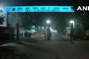नई दिल्ली का सफदरजंग अस्पताल, जहां इलाज के दौरान युवती ने दम तोड़ दिया. (फोटो साभार: एएनआई)