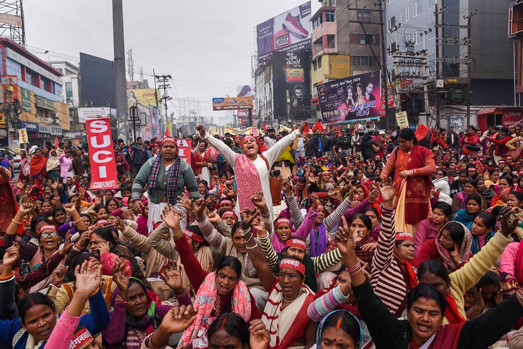 Patna: Members of various trade unions take part in a rally in support of their nationwide strike, in Patna, Wednesday, Jan. 8, 2020. (PTI Photo) (PTI1_8_2020_000154B)