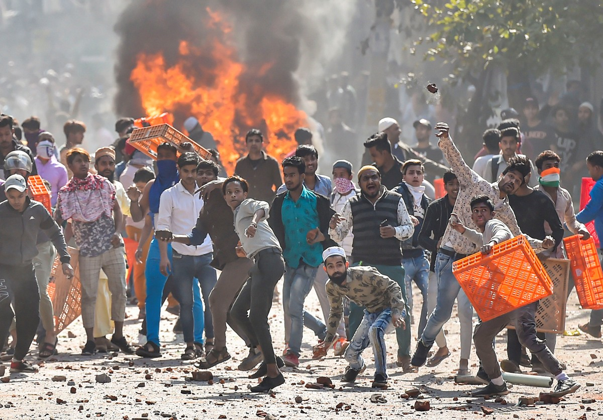 New Delhi: Protestors hurl brick-bats during clashes between a group of anti-CAA protestors and supporters of the new citizenship act, at Jafrabad in north-east Delhi, Monday, Feb. 24, 2020. (PTI Photo/Ravi Choudhary)(PTI2_24_2020_000254B) *** Local Caption ***
