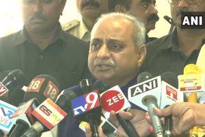 कांग्रेस विधायकों के इस्तीफे की जानकारी देते हुए गुजरात के उपमुख्यमंत्री नीतिन पटेल. (फोटो: एएनआई)
