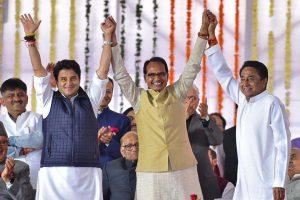 मुख्यमंत्री कमलनाथ और ज्योतिरादित्य सिंधिया के साथ शिवराज सिंह चौहान. (फोटो: रॉयटर्स)