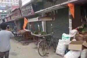 बिहार के नालंदा जिले के बिहार शरीफ में दुकानों पर लगाए गए भगवा झंडे, जिसे बाद में प्रशासन ने उतरवा दिया. (फोटो: वीडियो ग्रैब)