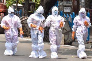 कोलकाता में डोर-टू-डोर सर्वे के दौरान स्वास्थ्य कर्मी (फोटो: पीटीआई)