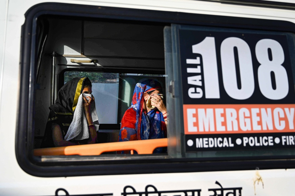 Prayagraj: Suspected COVID-19 patients board an ambulance from Telierganj area, during the nationwide lockdown to curb the spread of coronavirus, in Prayagraj, Friday, April 24, 2020. (PTI Photo)(PTI24-04-2020_000138B)