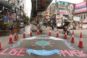 कोलकाता में लोगों को जागरूक करने के लिए सड़क पर बनाई गई भित्तिचित्र (फोटो: पीटीआई)