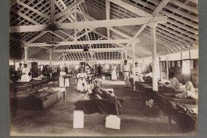 1896-97 में बॉम्बे में फैले प्लेग के दौरान मरीजों के लिए बना एक अस्थायी अस्पताल. (फोटो साभार: Wellcome Library, London)