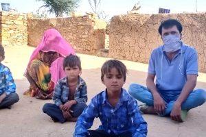 जैसलमेर में पाक विस्थापित ताराचंद और उनका परिवार.