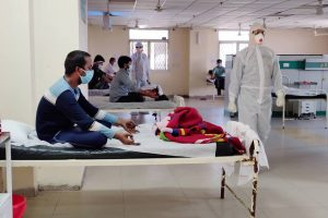 नई दिल्ली के एक अस्पताल में योग करते कोरोना के मरीज़. (फाइल फोटोः पीटीआई)