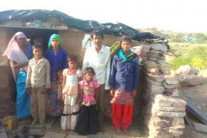 बूंदी जिले के बुधपुरा के मजदूर राजू भील और  उनका परिवार.