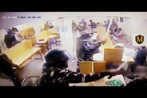 घटना के बाद जामिया कोऑर्डिनेशन कमेटी द्वारा जारी सीसीटीवी फुटेज में पुलिसकर्मी लाइब्रेरी में बैठे छात्रों को लाठी से मारते दिख रहे थे. (साभार: ट्विटर/वीडियोग्रैब)