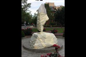वॉशिगटन में भारतीय दूतावास के सामने स्थापित प्रतिमा को फिलहाल ढक दिया गया है. (फोटो सभार: एएनआई)