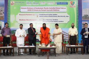 हरिद्वार में कोरोनिल दवा लॉन्च करते योग गुरु रामदेव और आचार्य बालकृष्ण (फोटो: ट्विटर/पतंजलि आयुर्वेद)