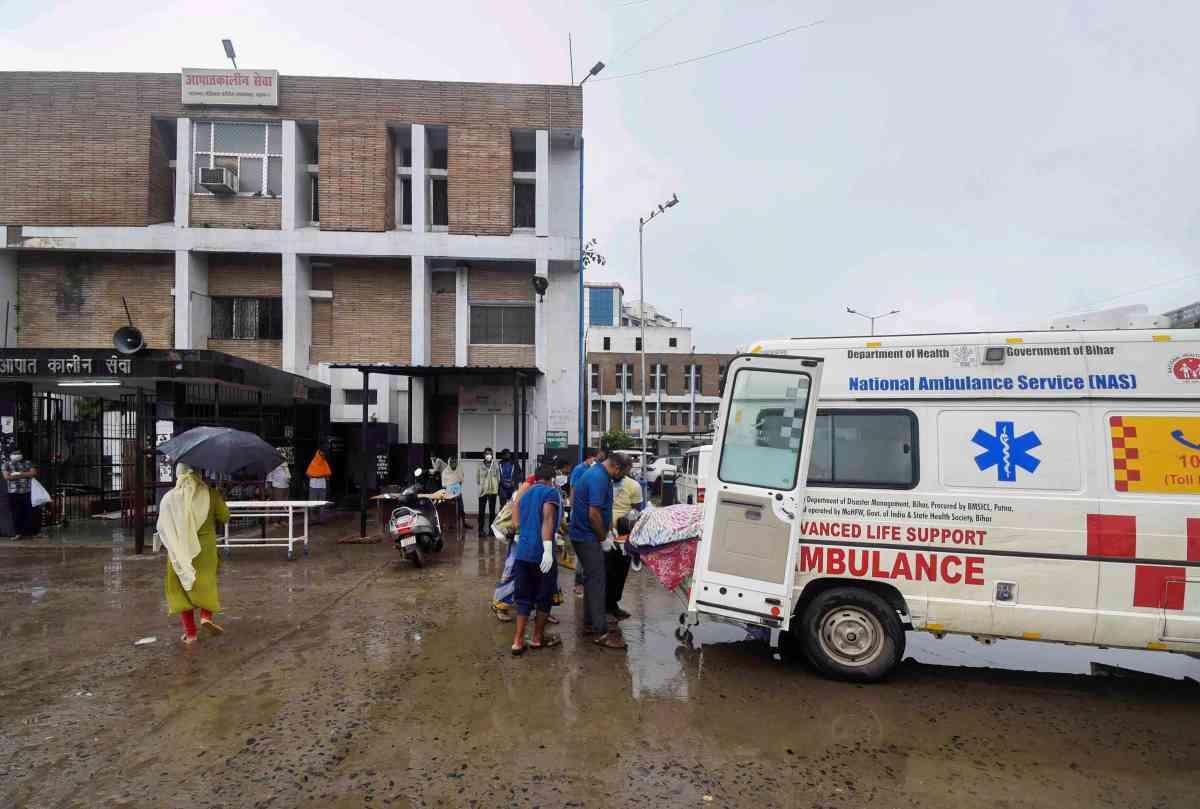 पटना में एनएमसीएच के बाहर बिना पीपीई किट पहने काम करते स्वास्थ्यकर्मी. (फोटो: पीटीआई)