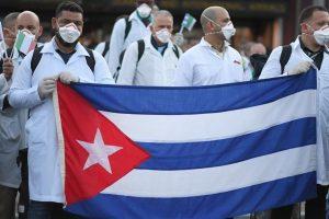 मार्च महीने में इटली के मिलान में मालपेंसा एयरपोर्ट पर क्यूबाई डॉक्टर्स का दल. (फोटो: रॉयटर्स)