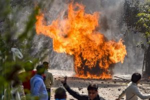 दिल्ली हिंसा के दौरान जाफराबाद में जलता एक वाहन. (फाइल फोटो: पीटीआई)