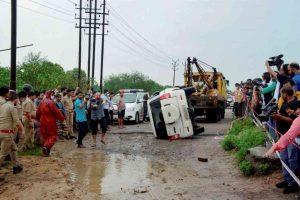 विकास दुबे के कथित एनकाउंटर की जगह और पुलिस काफिले की दुर्घटनाग्रस्त गाड़ी. (फोटो: पीटीआई)