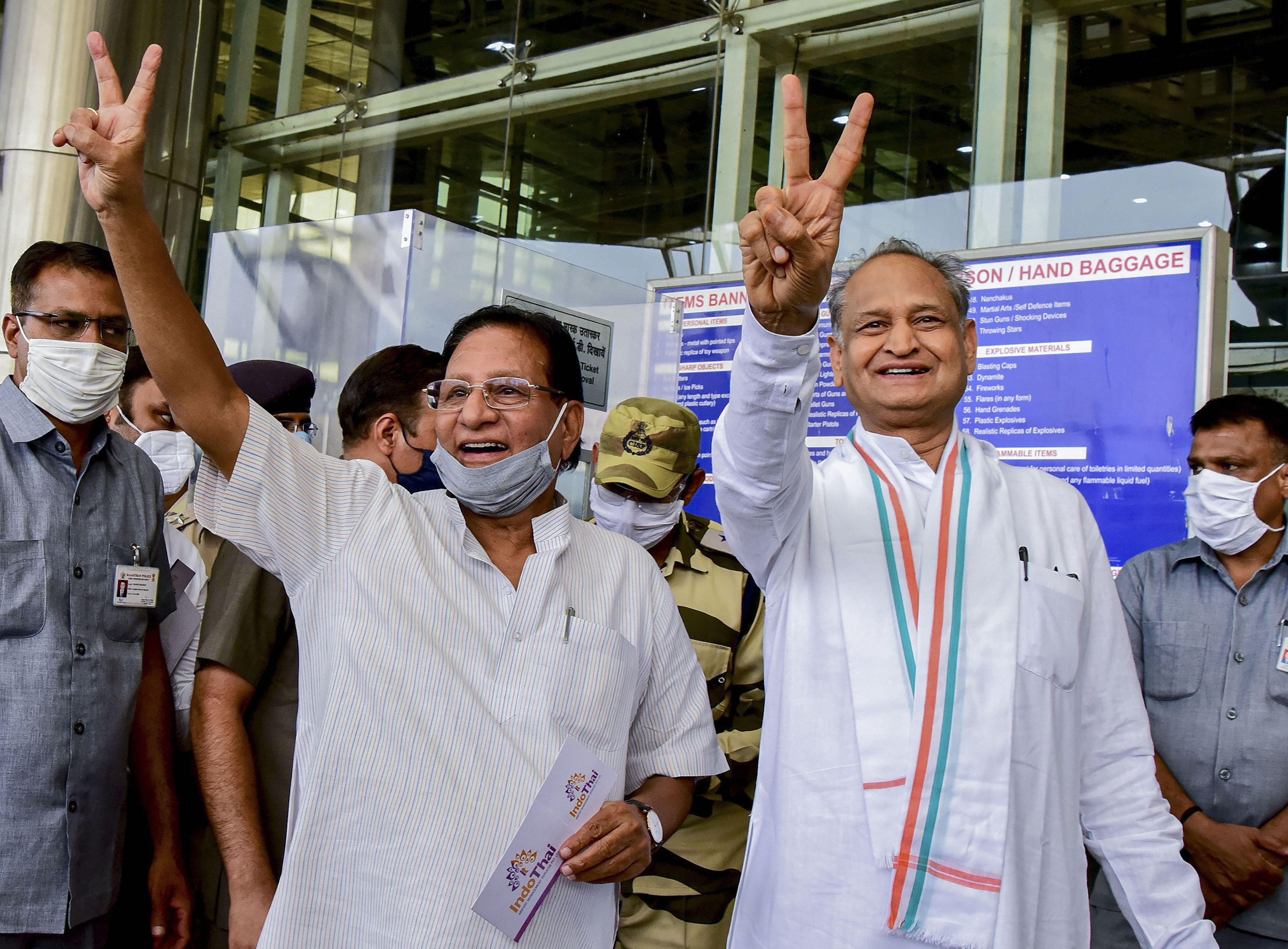 जयपुर एयरपोर्ट पर वरिष्ठ कांग्रेस नेता शांति  मुख्यमंत्री अशोक गहलोत. (फोटो: पीटीआई)