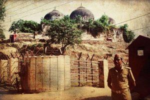 अक्टूबर 1990 में बाबरी मस्जिद के बाहर तैनात सुरक्षाकर्मी. (फाइल फोटो: एपी/पीटीआई)