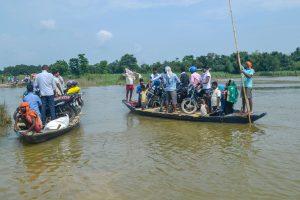 पूर्वी चंपारण में बाढ़ पीड़ित. (फोटो: पीटीआई)