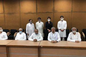 कांग्रेस महासचिव प्रियंका गांधी व अन्य वरिष्ठ कांग्रेस नेताओं के साथ सचिन पायलट. (फोटो साभार: ट्विटर)