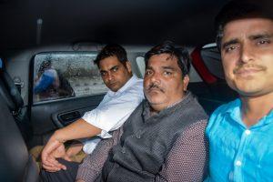 आम आदमी पार्टी के पूर्व पार्षद ताहिर हुसैन. (बीच में) (फाइल फोटो: पीटीआई)