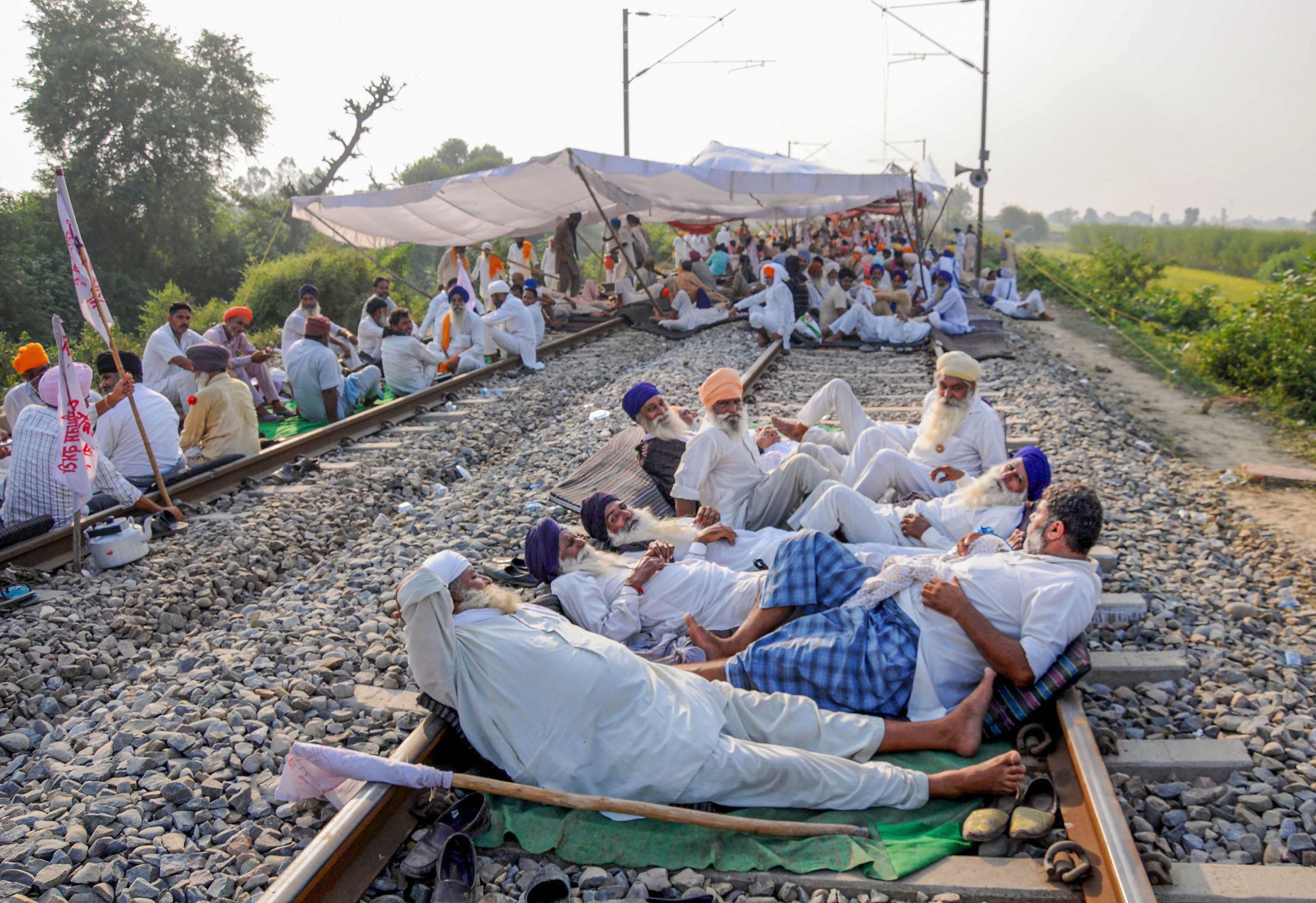 कृषि विधेयकों के खिलाफ हुए भारत बंद के दौरान अमृतसर के पास रेलवे ट्रैक पर प्रदर्शन करते किसान. (फोटो: पीटीआई)