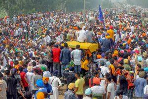 कृषि विधेयकों के विरोध में हुए भारत बंद के दौरान अंबाला के करीब हाइवे पर प्रदर्शन करते विभिन्न किसान संगठनों के लोग. (फोटो: पीटीआई)
