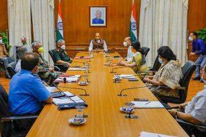 रक्षा मंत्रालय और सैन्य अधिकारियों के साथ हुई एक बैठक में रक्षा मंत्री राजनाथ सिंह. (फोटो: पीटीआई)